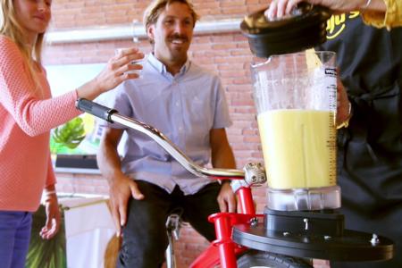 Client pédalant sur velo smoothie
